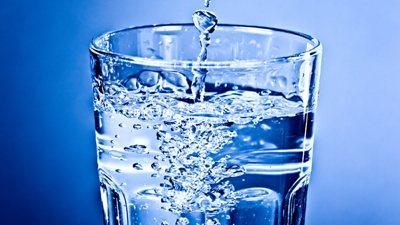 Glas gefüllt mit Trinkwasser